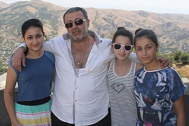 3 con gai ong trum mafia Mikhail Khachaturyan sat hai cha?