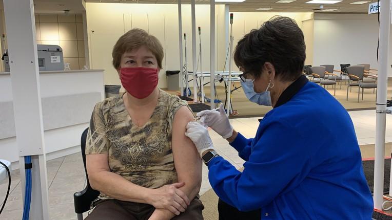 Cac chuyen gia y te: Vaccine COVID-19 dang hieu qua, chua can tiem lieu tang cuong-Hinh-3