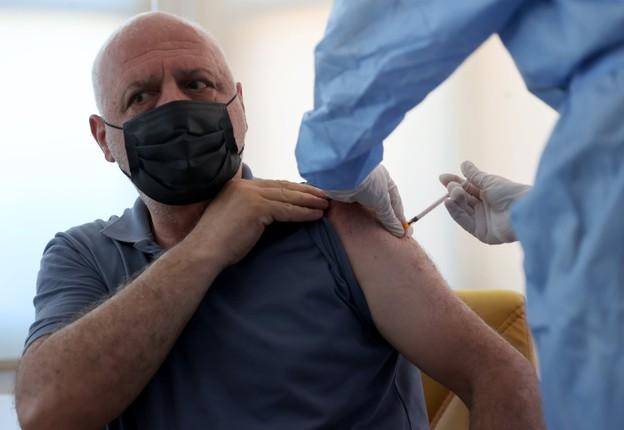 Cac chuyen gia y te: Vaccine COVID-19 dang hieu qua, chua can tiem lieu tang cuong-Hinh-4