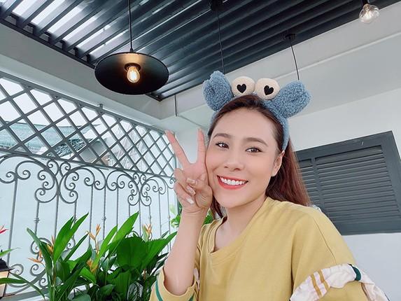 Can canh can nha mat pho day hoa cua Ho Bich Tram